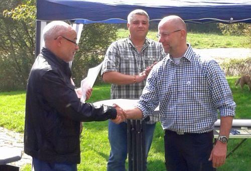 Bezirksvorsteher Björn Pförtsch überreicht dem 1. Vorsitzenden Uwe Richert die Urkunde zur Patenschaft  für die Streuobstwiese